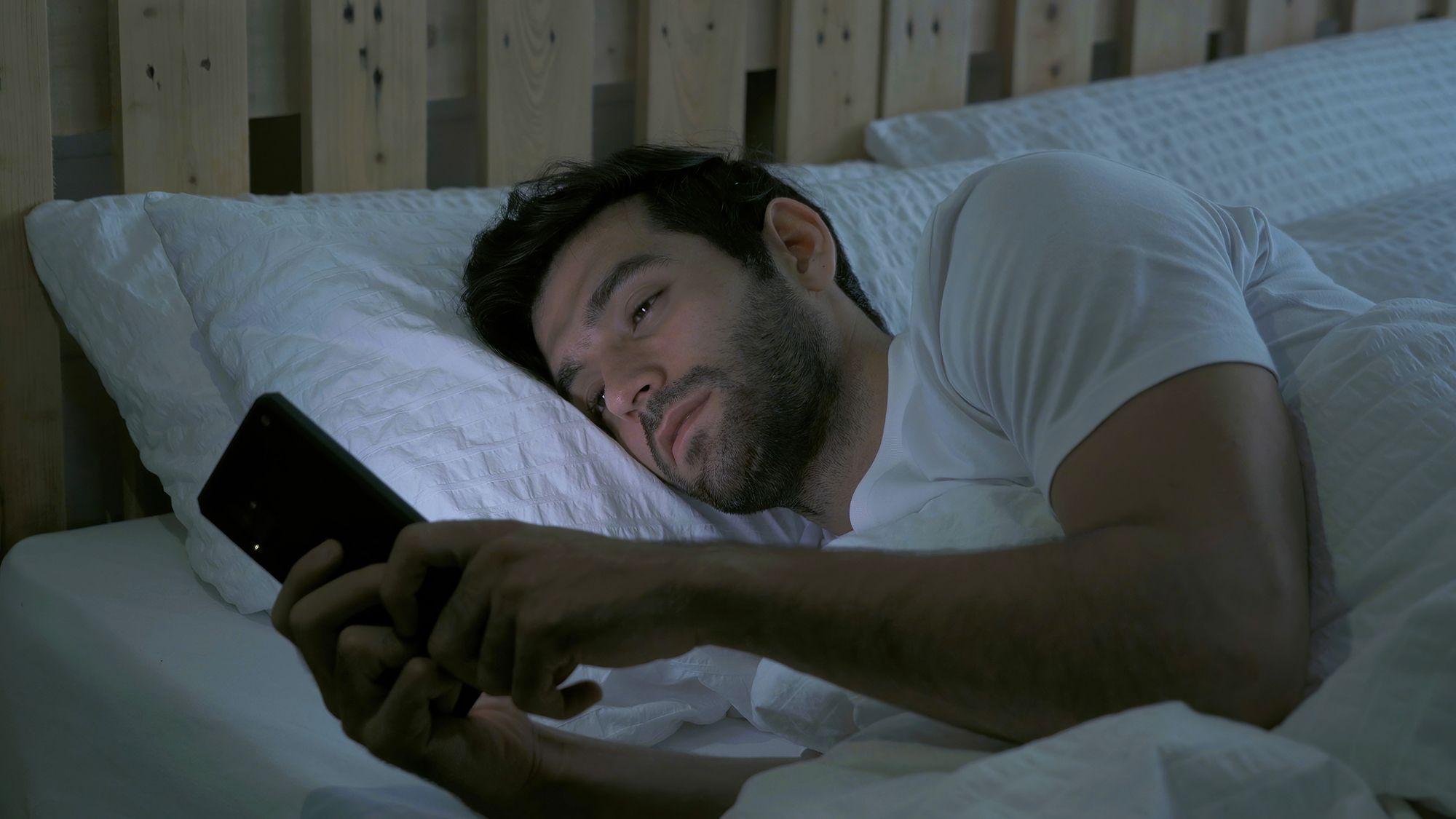 Uporaba telefona pred spanjem je lahko vzrok za nespečnost.